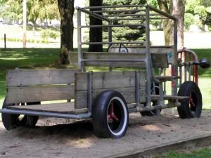 Samochód w piaskownicy dla dzieci